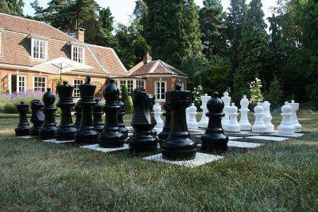 Juego de ajedrez gigante para el jardin for Ajedrea de jardin
