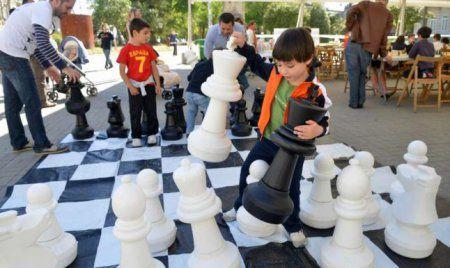 Juego de ajedrez gigante de exterior inforchess for Ajedrez gigante para jardin