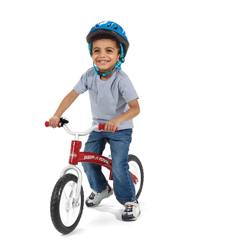Bicicleta sin pedales Radio Flyer con niño