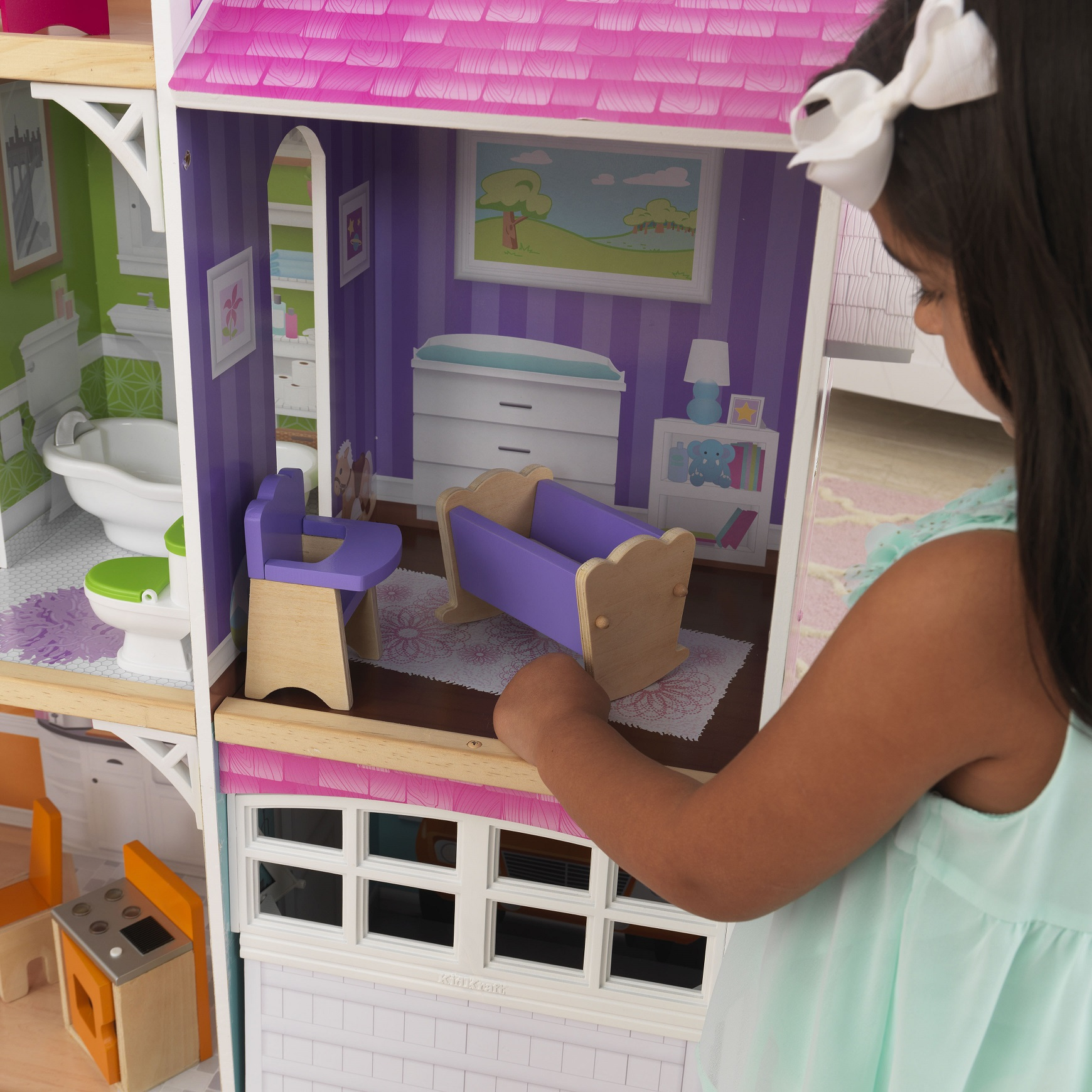 Detalle habitación del bebé con cuna y trona de kidkraft casa de muñecas avery 65943