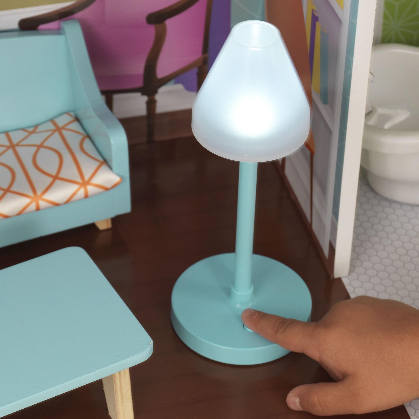 Detalle de lámpara con luz de kidkraft casa de muñecas avery 65943