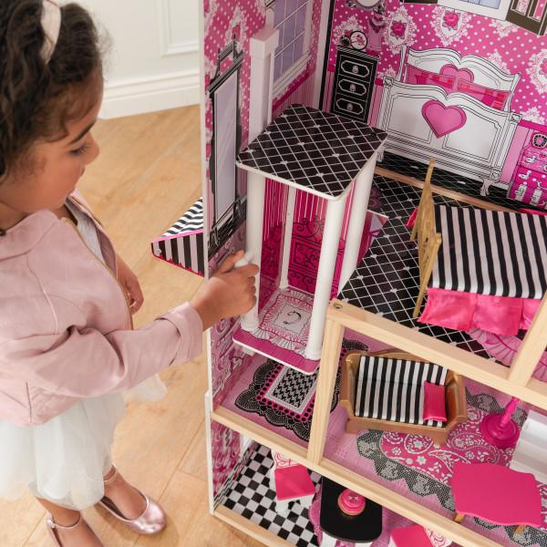 Niña jugando con el ascensor de kidkraft casa de muñecas bella 65944 width=