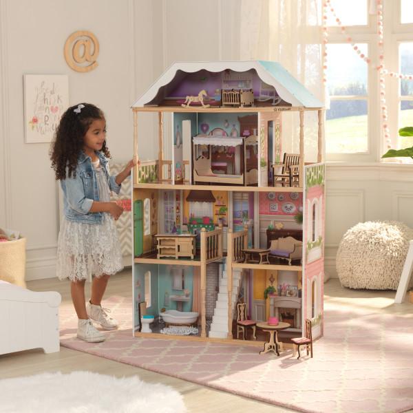 Imagen de niña con su kidkraft casa charlotte 65956 width=