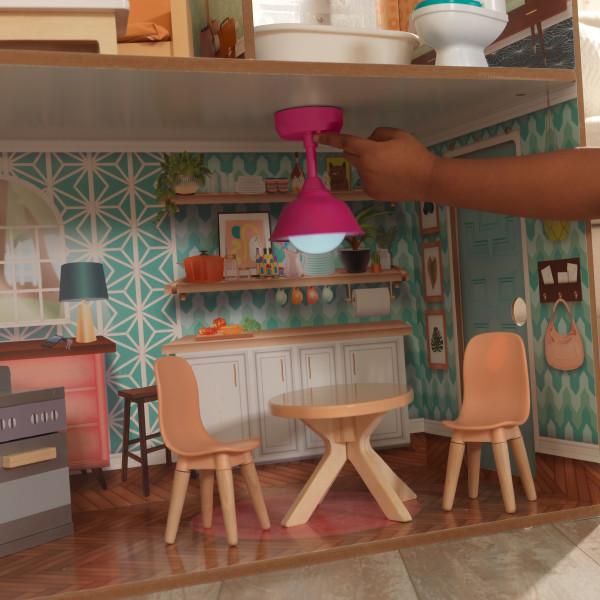Detalle estancia cocina con lámapara iluminada de kidkraft casa dottie 65965