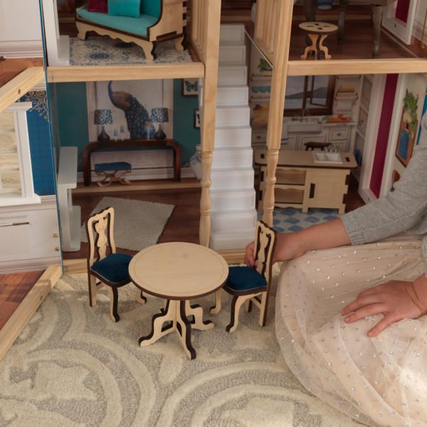 Detalle mesa y sillas de kidkraft casa gran aniversario 65947