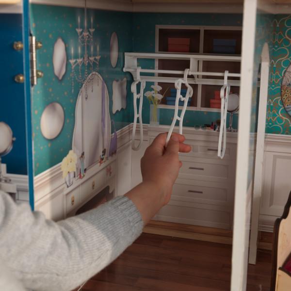 Detalle vestidor con perchas de kidkraft casa gran aniversario 65947 width=