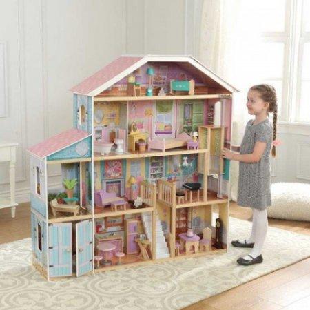 Niña jugando con su kidkraft casa de muñecas gran mansion con vistas 65954