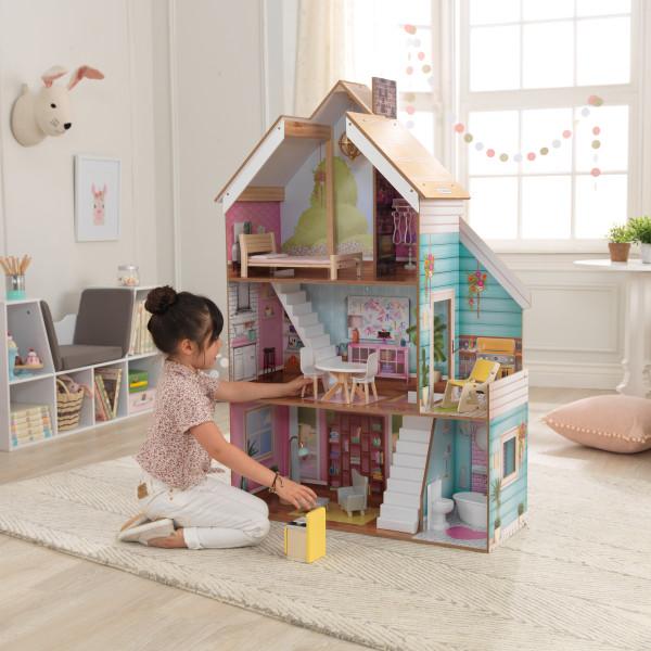 Kidkraft Casa Juliette 65969 con niña jugando con ella width=