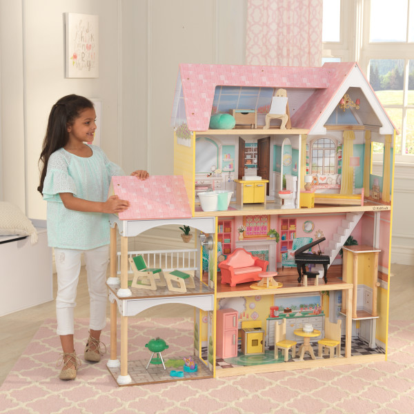 Niña jugando con su kidkraft mansion lola 65958