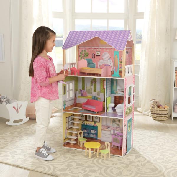 Niña jugando con lámpara en mano se dispone a jugar con la cada kidkraft de muñecas poppy