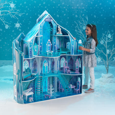 Niña con su kidkraft 65880 mansion copo de nieve - frozen