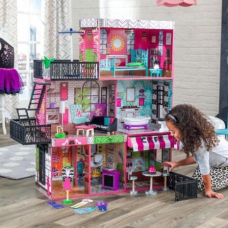 Niña jugando con su kidkraft loft de brooklyn 65922