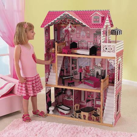 Niña jugando con su kidkraft casa de muñecas 65109 amelia - 2 escaleras