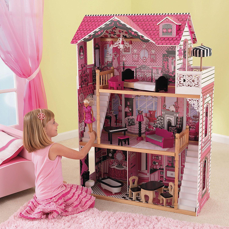 Niña con su muñeca divirtiéndose con su kidkraft casa de muñecas 65109 amelia - 2 escaleras width=