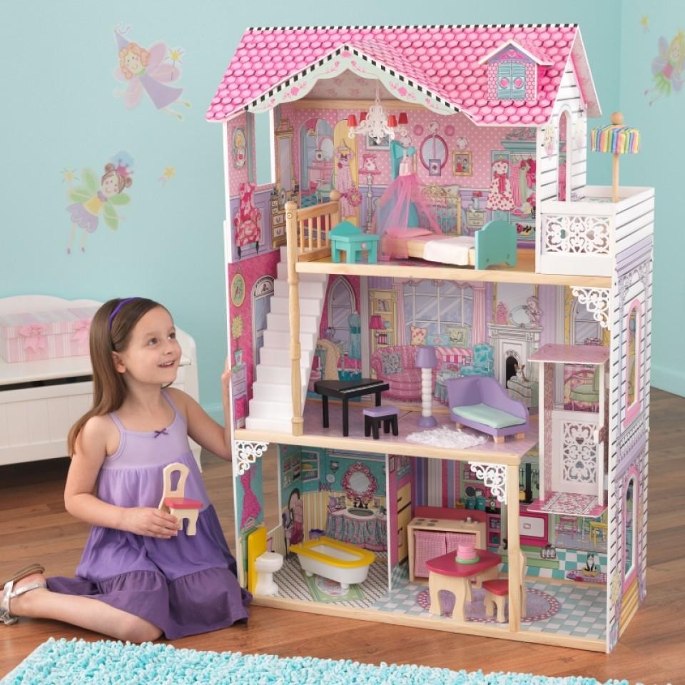 Niña jugando son su kidkraft casa de muñecas annabelle 65934