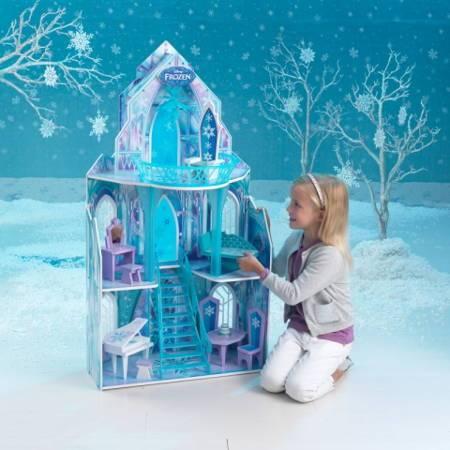 Niña jugando con su Kidkraft casa de muñecas castillo de hielo 65881