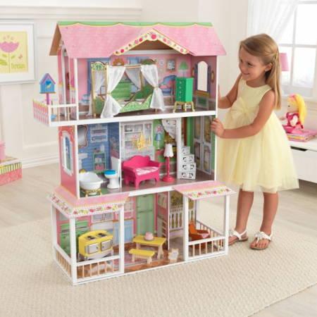 Niña jugando con su Kidkraft casa de muñecas dulce savannah 65935
