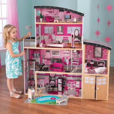 Niña jugando con su kidkraft casa de muñecas estilo mansion de lujo 65826