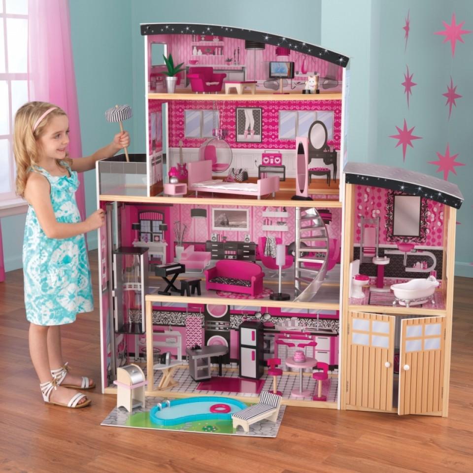 Niña jugando con su kidkraft casa de muñecas estilo mansion de lujo 65826 width=
