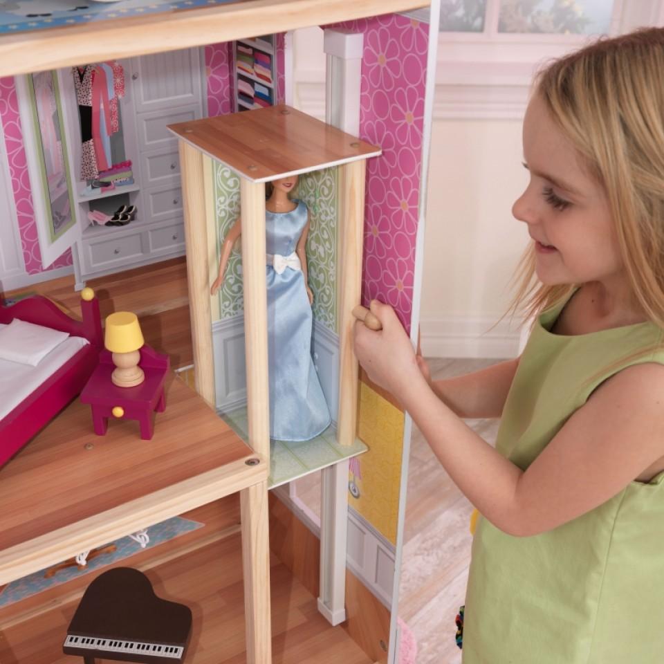 Detalle del ascensor con muñeca en su interior de kidkraft casa de muñecas mansion majestuosa 65252