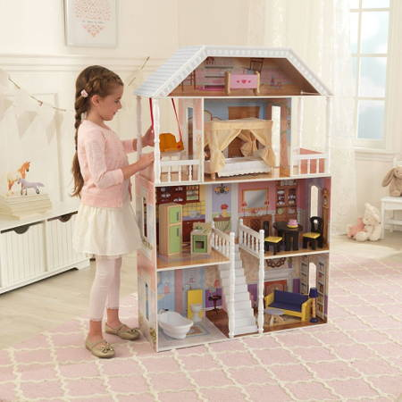 Niña jugando con su kidkraft casa de muñecas savannah 65023