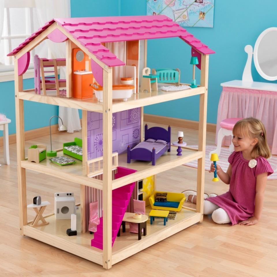 Niña jugando con su kidkraft casa de muñecas so chic 65078 width=