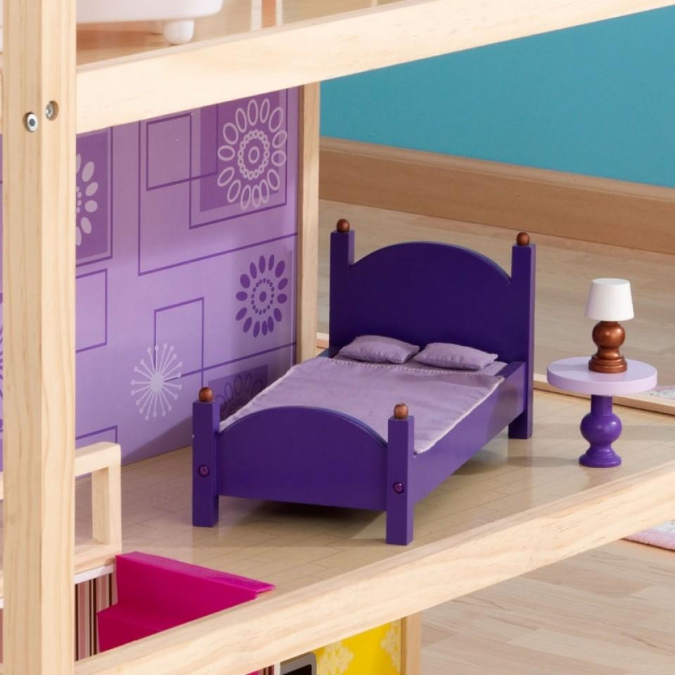 Detalle de la casa, mesita y lámpara de una de las habitaciones de kidkraft casa de muñecas so chic 65078