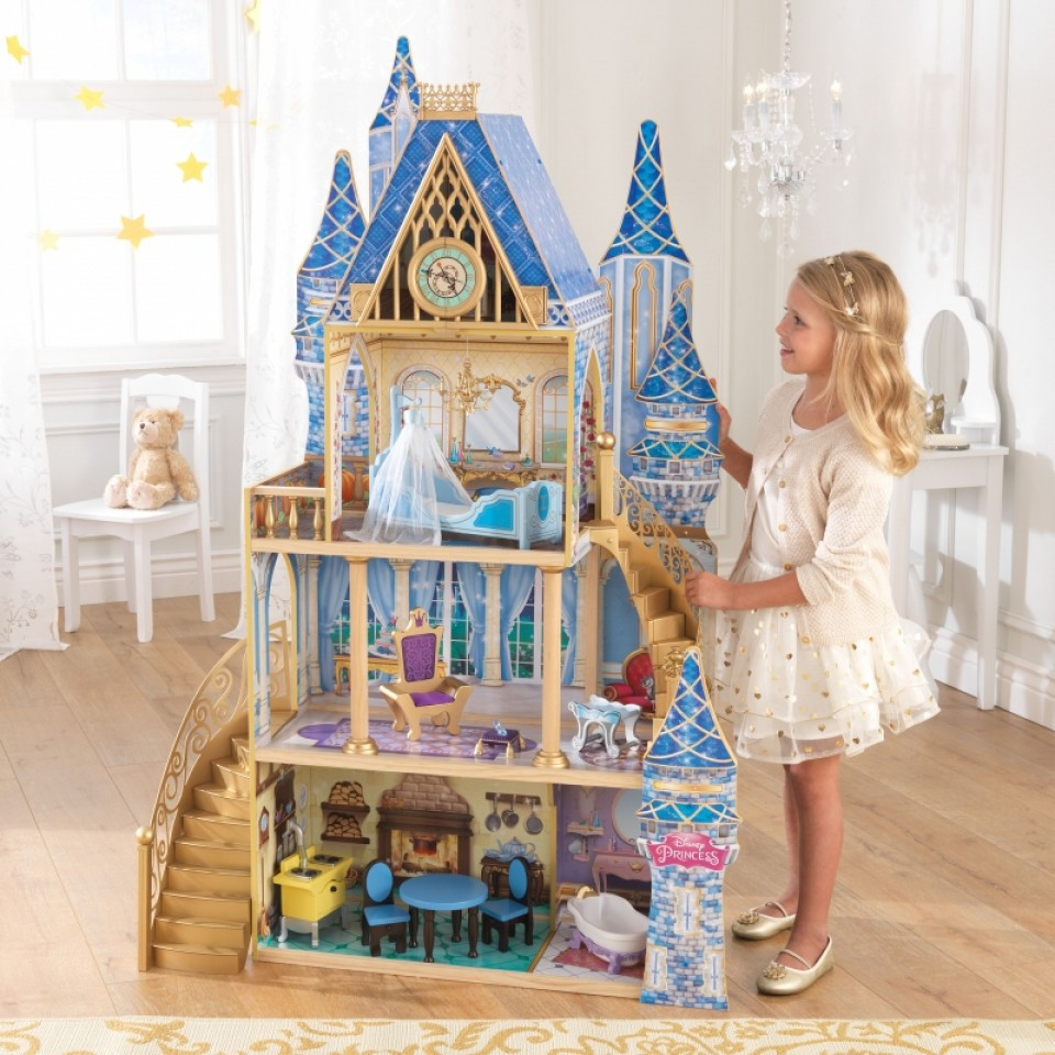 Niña jugando con su kidkraft castillo real de cenicienta 65400 width=
