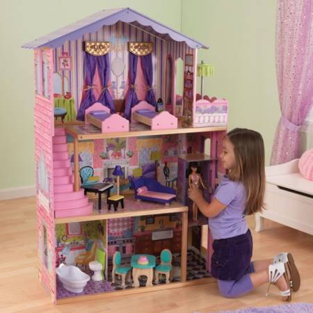 Niña jugando con su kidkraft la mansion de mis sueños 65082