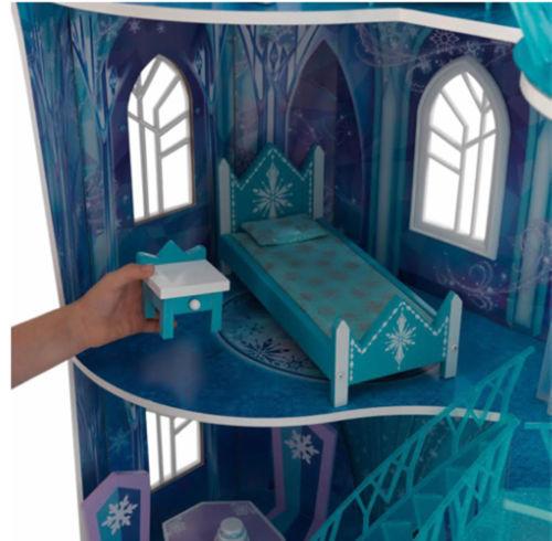 Detalle del dormitorio de Niña con su kidkraft 65880 mansion copo de nieve - frozen width=