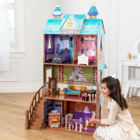 Niña encantada jugando con su kidkraft palacio de arendelle de frozen 65945