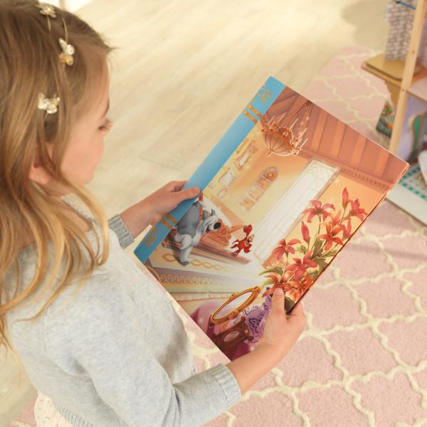 Niña contemplando el cuento que se incluye con la casa de muñecas kidkraft disney princess royal celebration 65962