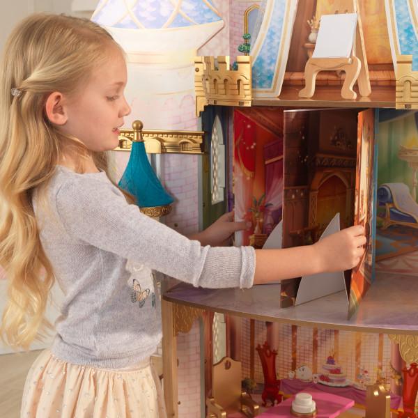 Niña jugando con su cuento de la casa de muñecas kidkraft disney princess royal celebration 65962 width=