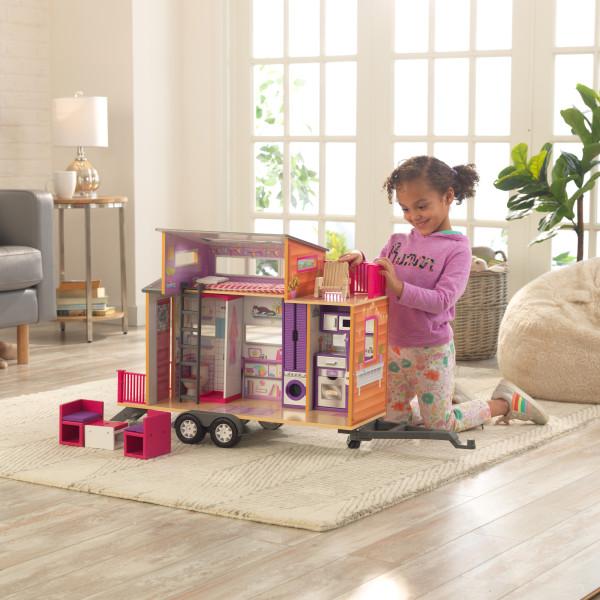 Niña jugando con la casa de muñecas kidkraft 65948 teeny house width=