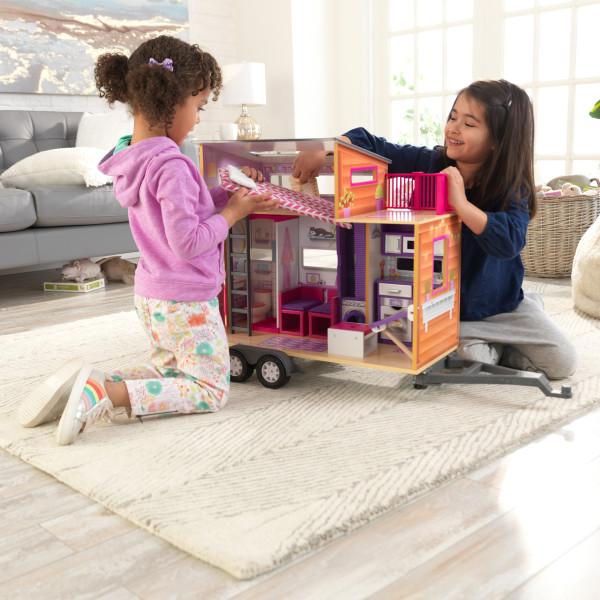 Niñas divirtiéndose con la casa de muñecas kidkraft 65948 teeny house width=