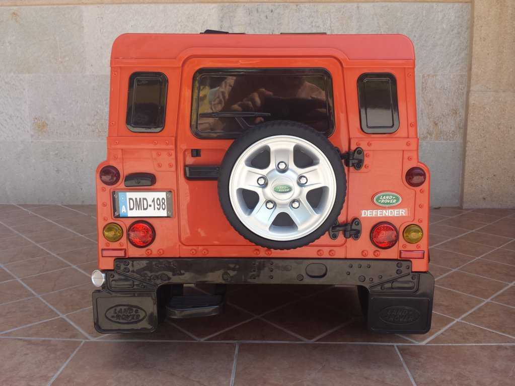 Todoterreno electrico para niños Land Rover Defender Naranja vista trasera