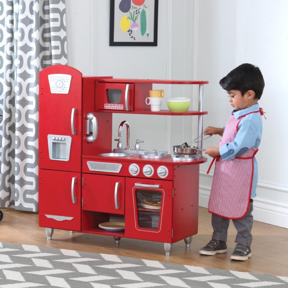Niño jugando con Kidkraft Cocina Estilo Retro Color Roja 53173