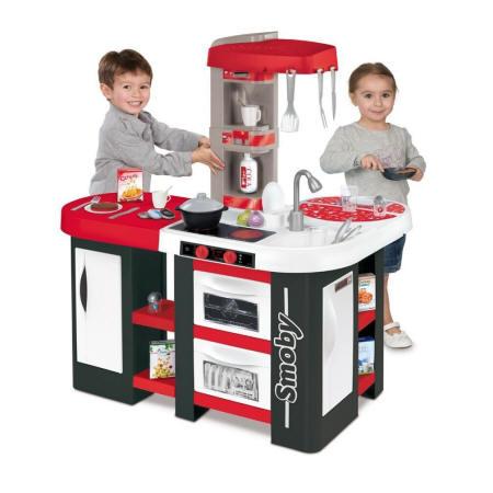 Niños jugando con la cocina