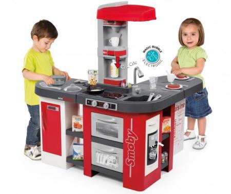 Dos niños jugando con la cocina