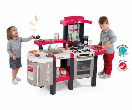 Niños jugando con la cocina y niña haciendo las tortitas voladoras