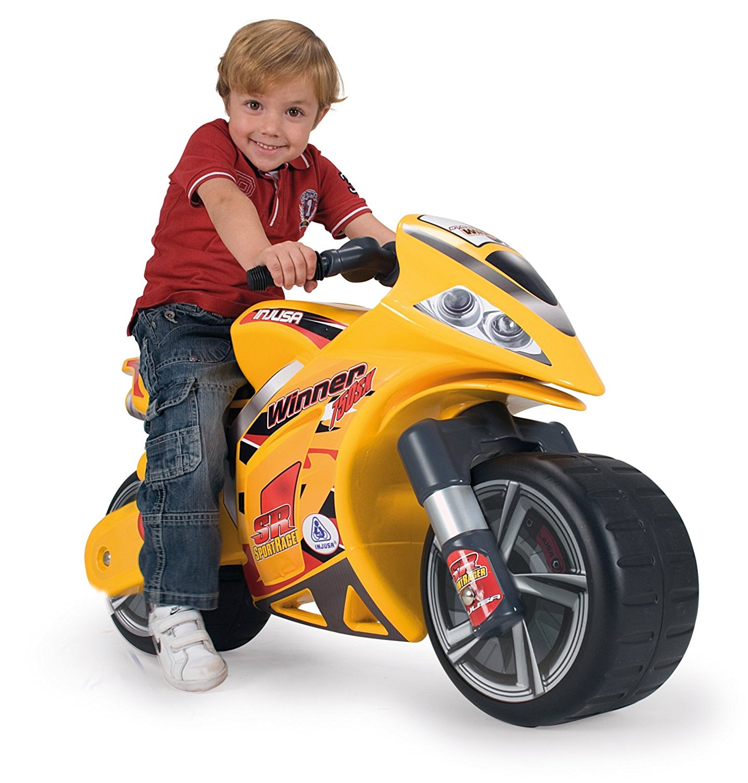 niño en moto amarilla