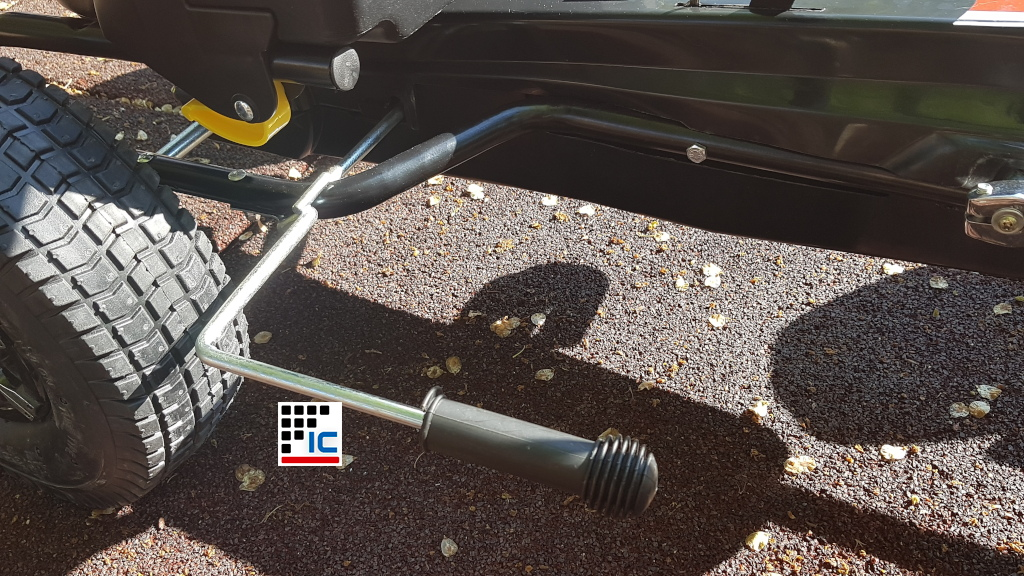 Kart a pedales Racing negro con freno de mano width=