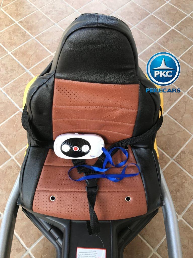 Detalle del asiento y mando del pekecars go-kart 12v 2.4g rc amarillo width=