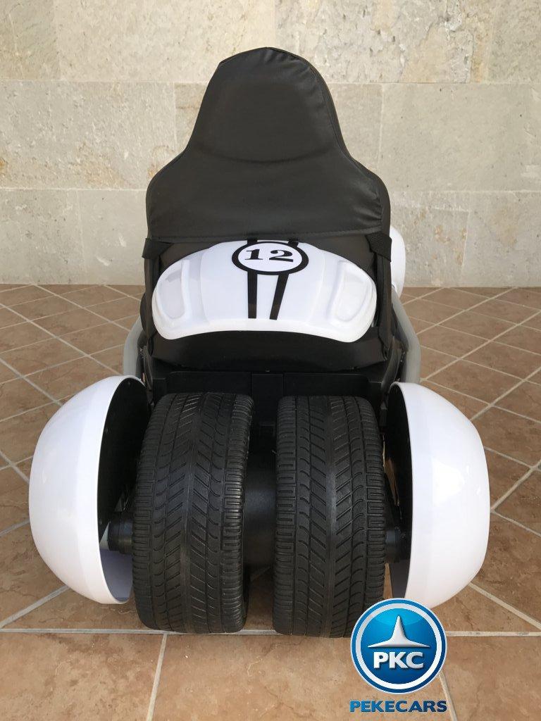Detalle de la parte trasera asiento y ruedas traseras del pekecars go-kart 12v 2.4g rc blanco