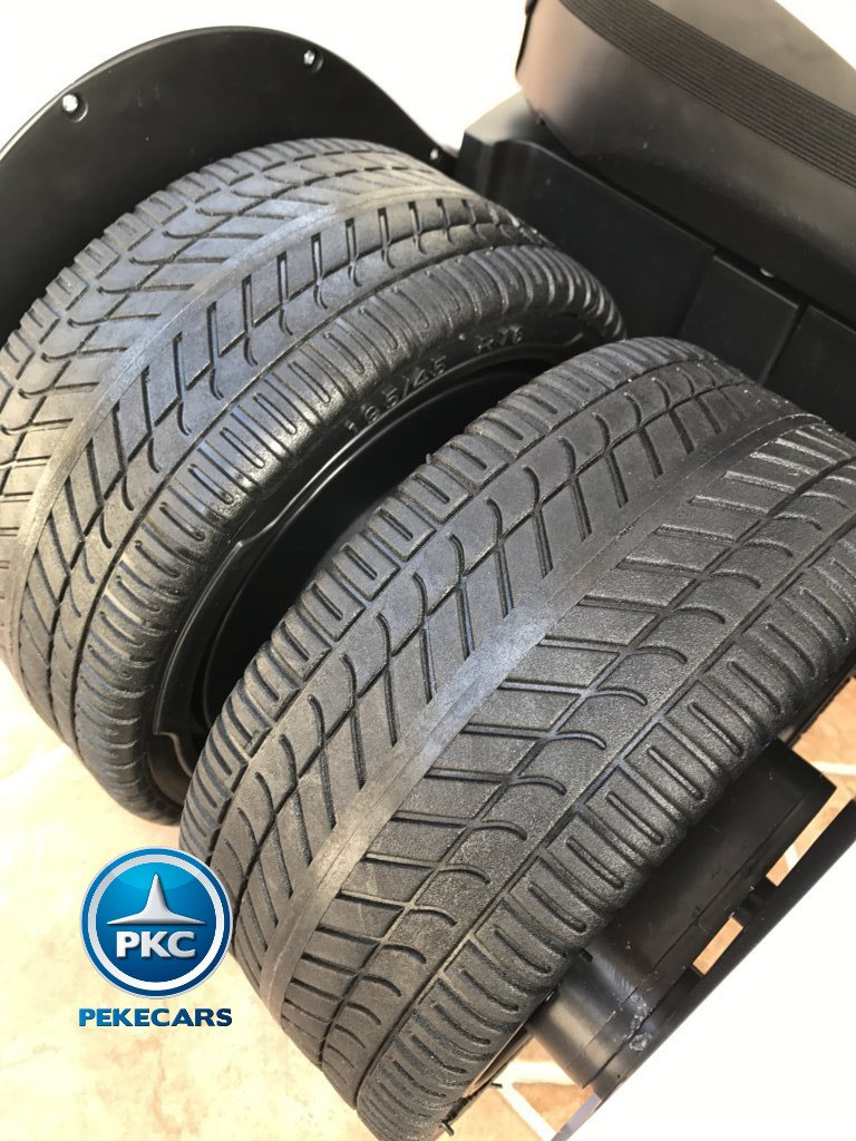 Detalle de las ruedas del pekecars go-kart 12v 2.4g rc blanco