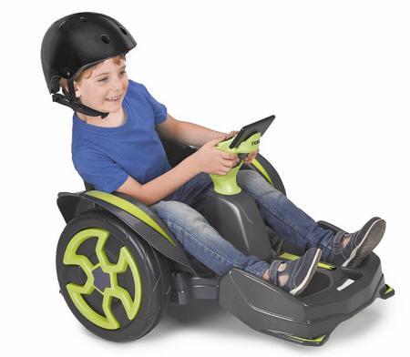 Niño jugando con su mad racer 12v