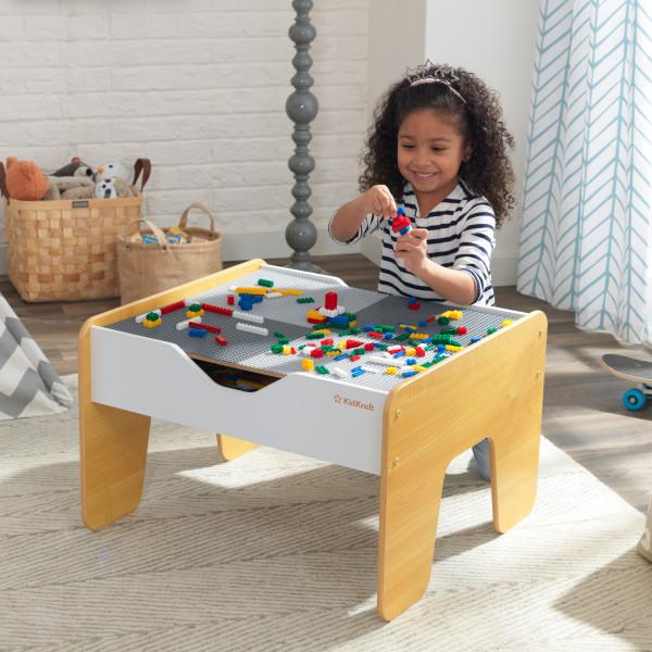 Kidkraft Mesa de Actividades 2 en 1 10039 - niña jugando