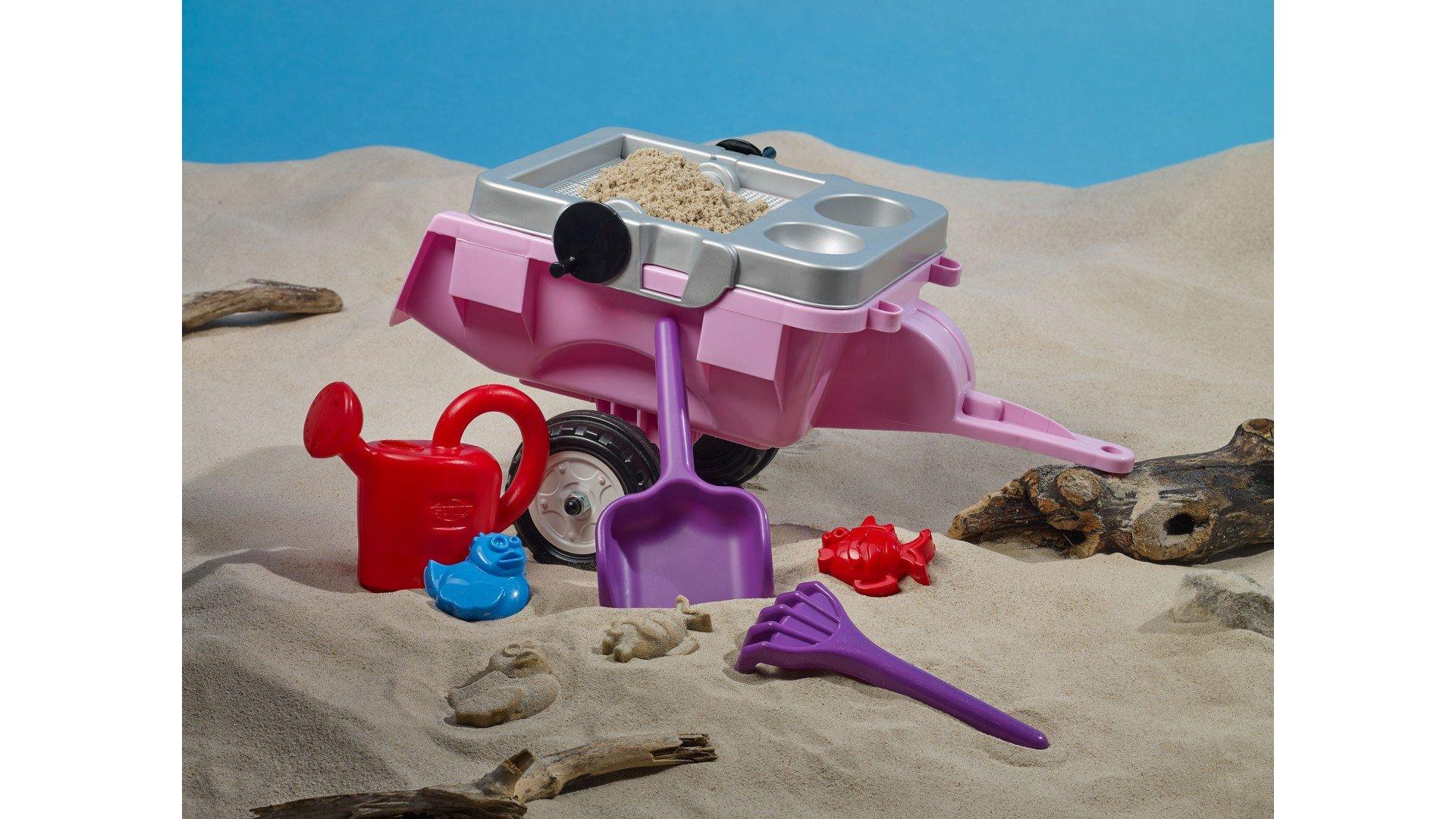 Detalle remolque con bandeja para jugar con arena (pala, rastrillo, regadera, moldes para arena)
