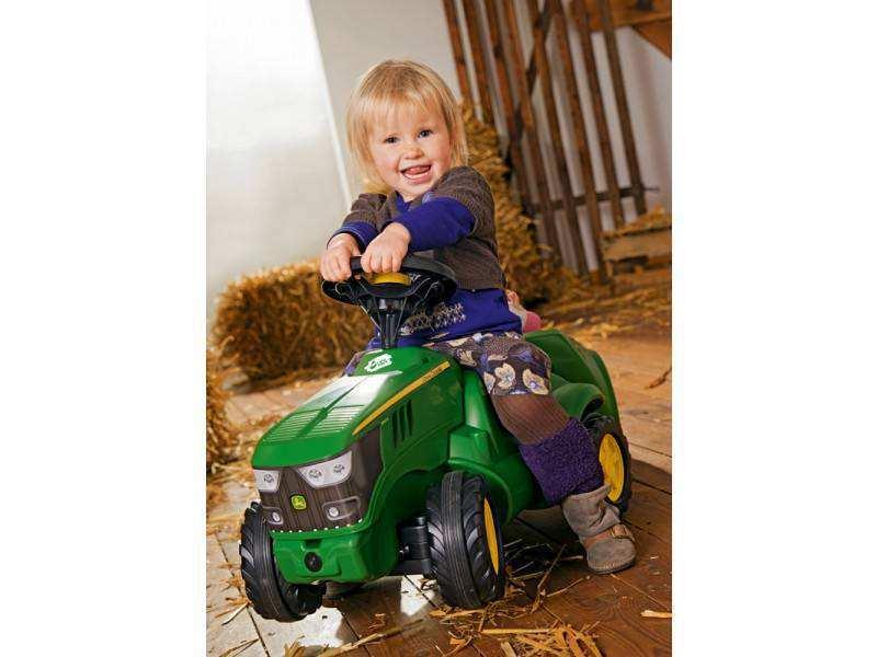 Imagen niña disfrutando con su mini tractor John Deere 6150 R width=