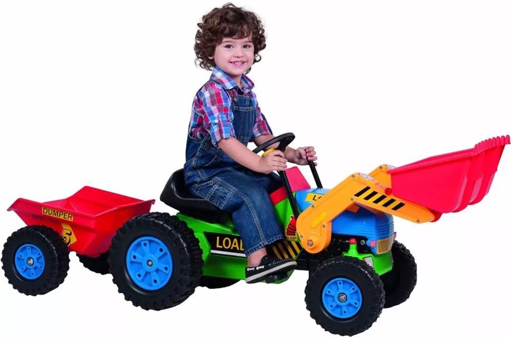 Niño jugando con el precioso tractor a pedales inforchess con pala excavadora delantera y remolque width=